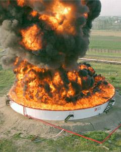 Tartály tűzoltás demonstráció. A tartály lángokban