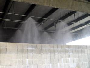 Tűzőr Kft. által telepített beépített habsprinkler rendszer működés közben